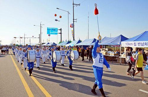 """'天国乐团参加""""二零一三年平泽港马拉松大会""""受到欢迎。'"""