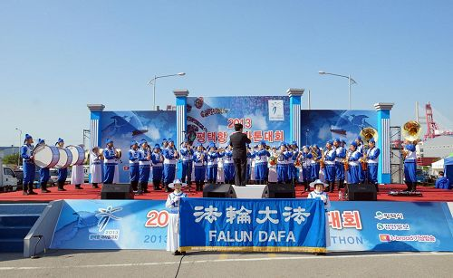 """'天国乐团在""""二零一三年平泽港马拉松大会""""上进行特别演出。'"""