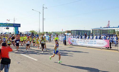 '天国乐团在马拉松起跑线前演奏,为选手们加油鼓劲。'