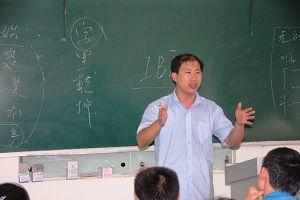 沈阳雄狮现代美术设计学校的董治宇老师正在授课