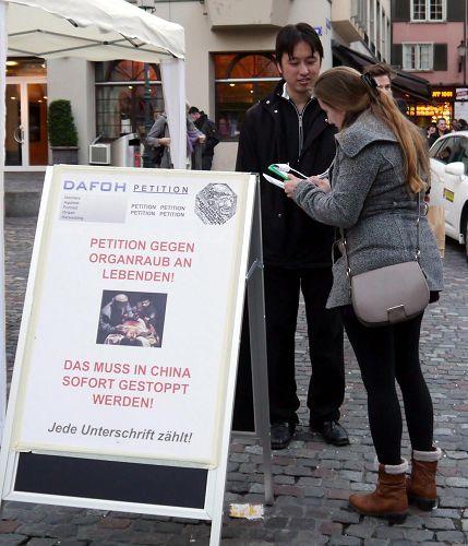 '二零一三年十一月九日,在苏黎世Hirschenplatz,人们纷纷签名谴责中共活摘器官'