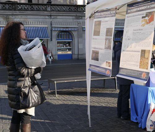 '二零一三年十一月三十日,不少路人在苏黎世Limatquai了解关于法轮功的真相'
