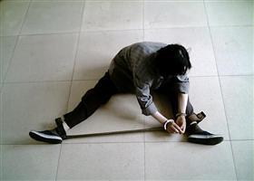 酷刑演示:戴铁支棍