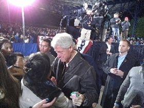 克林顿总统拥抱法轮功学员于真洁