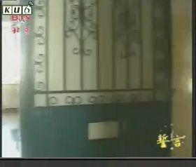 北京女子监狱监室的铁门