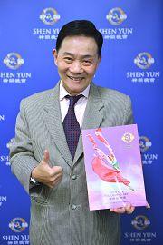 """台湾家喻户晓的一流名厨""""阿基师""""郑衍基感动地向神韵艺术家们深深地90度鞠躬,表达对神韵的感谢与敬意。"""