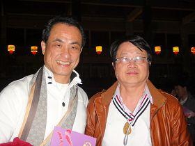 八八TV全民电视网业务部总经理吴来发先生(右)偕同友人一同观赏神韵演出。