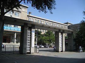'当时师父就站在吉林大学大门口右侧'