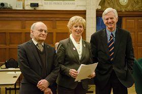 大卫‧麦塔斯(左)、大卫‧乔高(右)和国会议员朱迪‧斯格诺(中)在2月5日听证会上合影。