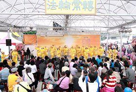 腰鼓队表演吸引大批民众驻足观赏