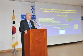 来自以色列的杰卡弗•拉维教授在研讨会上发表演讲