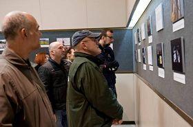 '游客在观看真相图片'