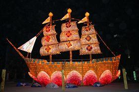 """'法轮功学员亲手制作的""""法船""""巨型花灯,殊胜美好'"""