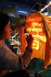 '法轮功学员亲手制作花灯,盼与世人分享修炼的美好'