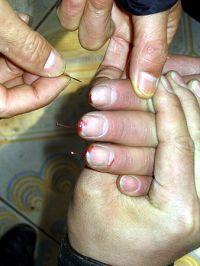 酷刑演示图:十指插针
