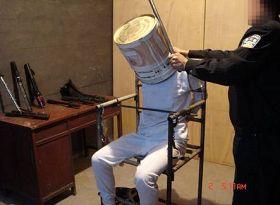 中共黑狱酷刑演示:铁桶敲头