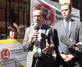 '纽省绿党议员舒布瑞杰先生(DavidShoebridge)在新闻发布会上发言'