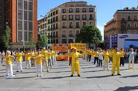'世界法轮大法日西班牙学员向世人展示法轮大法五套<span class='voca' kid='86'>功法</span>'