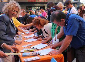 '西班牙民众踊跃签名声援法轮功反迫害'