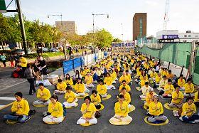 五月十七日晚,法轮功学员在纽约中领馆前纪念被中共迫害致死的法轮功学员