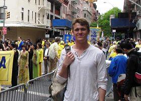 """大学生大卫观看法轮功的游行队伍:""""我体验到非常丰富的东西""""。"""