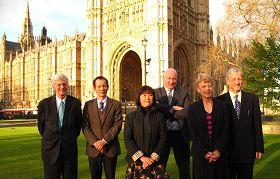 「制止中共活摘器官」說明會主持人和嘉賓在英國議會大廈前合影