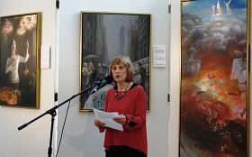 美展的画家之一凯西•吉利斯在真善忍国际美展招待会上发言。