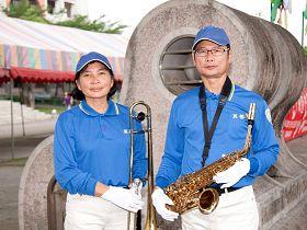 '垦丁恒春幼儿园园长白玉美(左),先生陈胜利(右)是国小主任退休,全家五个人都是天国乐团的团员'