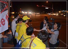 图2:日本朝日新闻的记者在采访法轮功学员