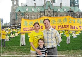 '二零一三年五月八日,加拿大首都渥太华国会山前,德鲁与妻子及儿子在法轮大法传世二十一周年庆祝活动现场'
