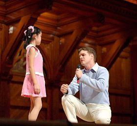 '二零零五年九月十八日,德鲁在哈佛大学圣德思剧院营救法轮功孤儿慈善义演上演唱《孩子,让我带你回家》(飞越风雨的和平鸽),令很多观众感动落泪。'