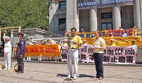 '图1:二零零九年七月十九日,在温哥华法轮功反迫害十周年集会上,张忠余呼吁国际社会制止中共对法轮功学员灭绝人性的迫害'