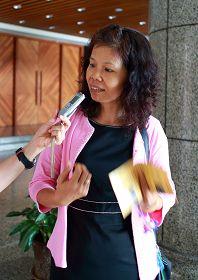 图14:凤山社区服务团团长游秀丽表示参观真善忍美展对她心灵上的震撼很大