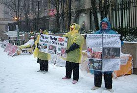 图4:黎扬和朱莉暴风雪中坚守在曼哈顿街头