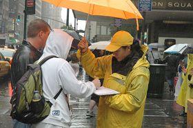 图5:朱莉在雨中讲真相、征签