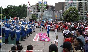 图2:由法轮功学员组成的天国乐团在表演,和民众同庆加拿大国庆