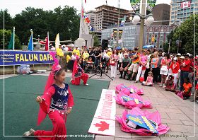图3:大法小弟子表演舞蹈,,和民众同庆加拿大国庆