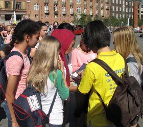 '一组来自阿拉伯国家的学生听到法轮功真相后纷纷在反迫害征签表上签名'