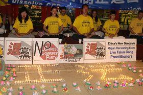 """图2:亚特兰大学员用蜡烛摆出的""""正法""""二字"""