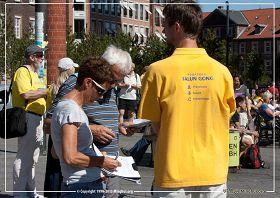 '图2:丹麦民众签名支持法轮功,谴责中共迫害'