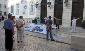 Coimbra的民众在看学员演示功法和真相展板