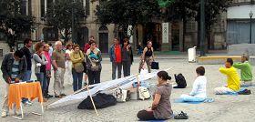 Porto的民众在市政府广场前看功法演示和真相展板