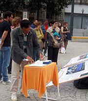 Porto的民众在市政府广场前看真相展板,签名反对活摘器官