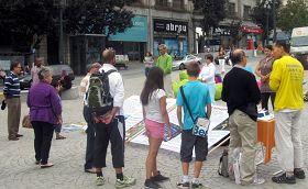 Porto的民众在看真相展板,签名反对活摘器官