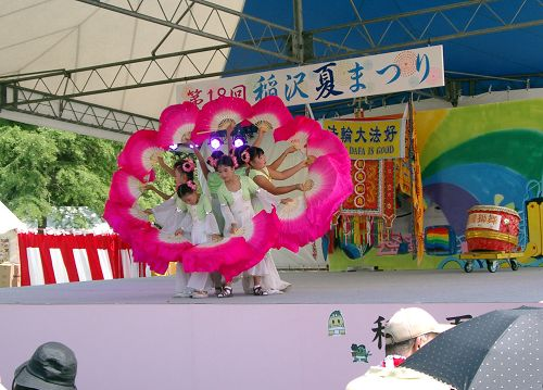 图3:学员们在第十八届稻泽夏季活动节市民舞台上表演扇子舞
