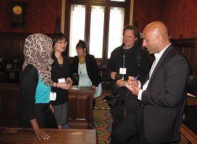 非洲裔人权律师罗达女士在英国议会大厦观看《自由中国》后与导演波曼讨论