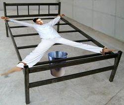 酷刑示意图:成大字形后铐在床