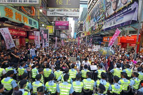 '图1:成千上万的香港民众聚集旺角,怒吼打倒中共,支持法轮功,声援良心老师'