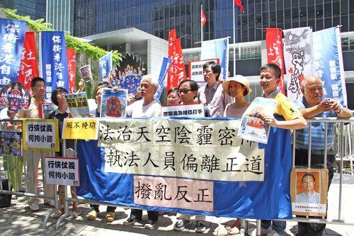 '图2:保卫香港自由联盟代表将签名联署送至港府总部'
