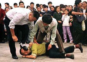 美联社图片:警察在殴打到天安门为法轮功和平请愿的法轮功学员